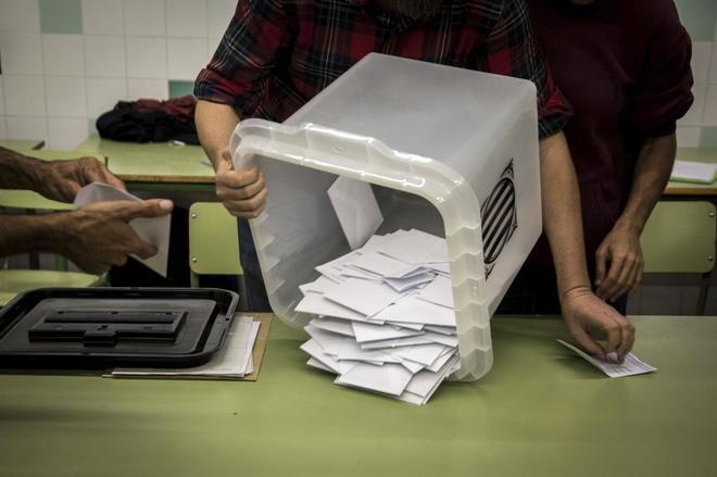 Recuento de los votos del referéndum ilegal en un colegio de...