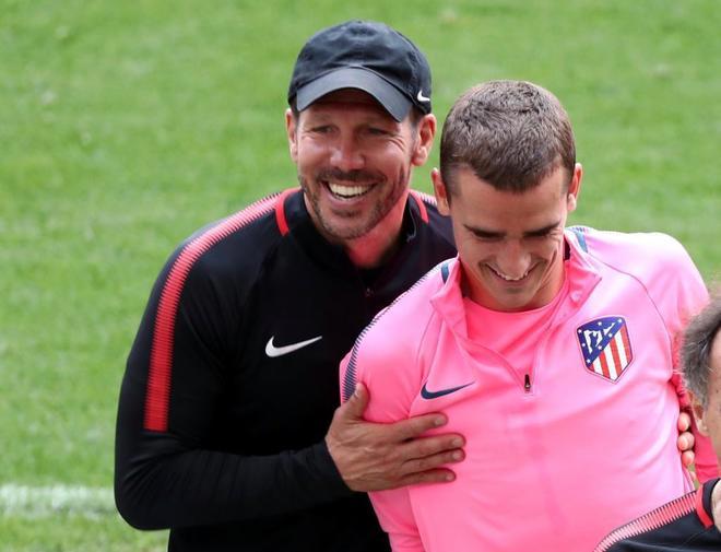 Diego Pablo Simeone abraza a Griezmann durante el entrenamiento.