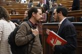 El líder de IU conversa con el secretario general del Podemos en el...