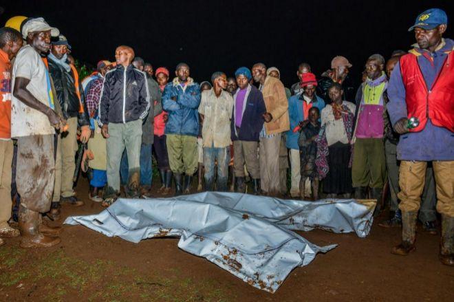 Las cadáveres yacen cerca del lugar afectado tras la ruptura de la estructura, en Solai, Kenia..