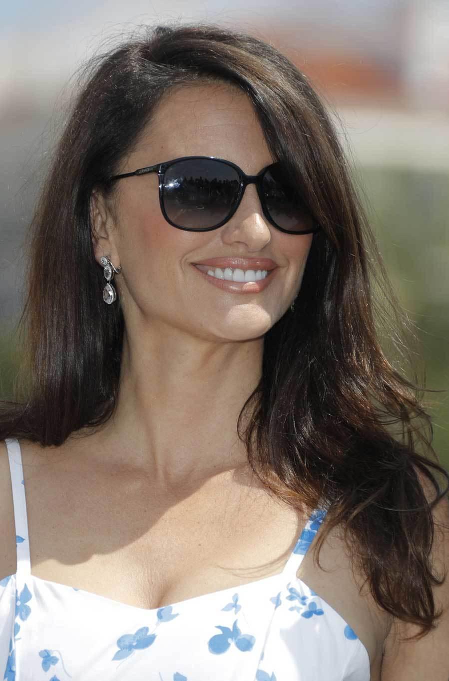La actriz española ha completado el look con gafas de sol y unos...