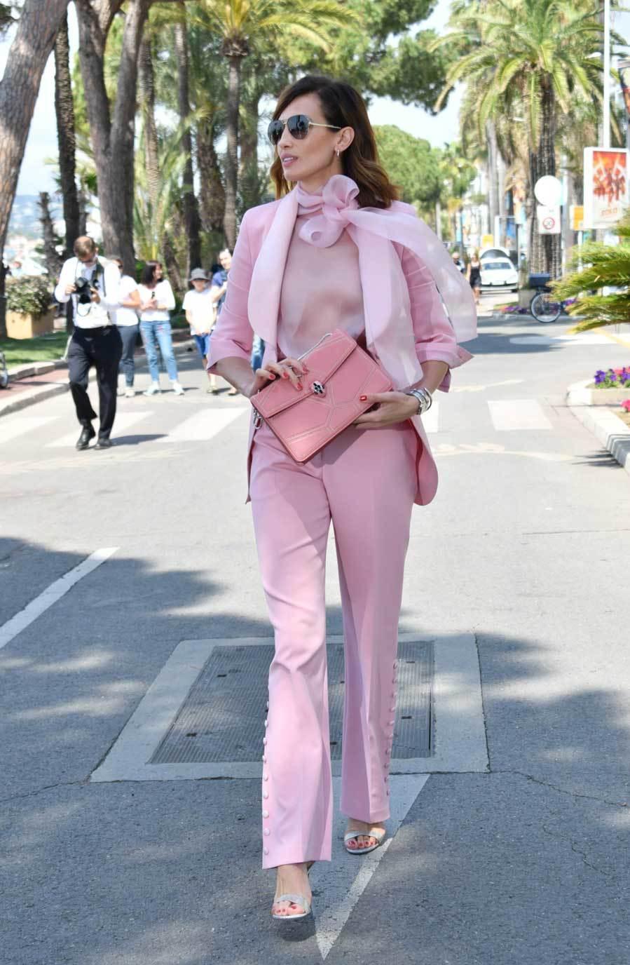 La modelo eligió un total look en rosa para una de sus salidas en...