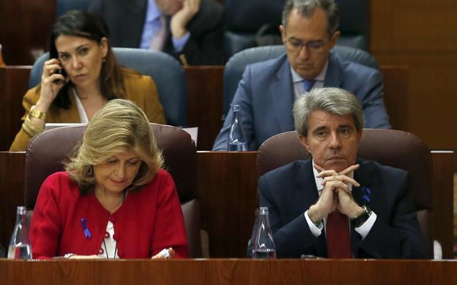 El presidente en funciones de la Comunidad de Madrid, Ángel Garrido, junto a la consejera de Economía, Engracia Hidalgo, ayer en la Asamblea.