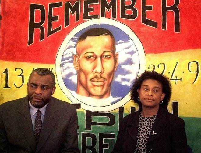 Los padres de Stephen Lawrence durante un homenaje en Londres en 1999