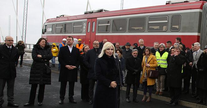 La Comisaria Europea de Transportes, Violeta Bulc, la Ministra de Construcción, Transportes e Infraestructuras de Serbia, Zorana Mihajlovic, y el Consejero Delegado de Grupo Azvi, Manuel Contreras Caro, acompañados por el presidente de la provincia autónoma de Vojvodina, Igor Mirovic, el alcalde de Novi Sad, Milos Vucevic, y directivos de Azvi, entre otros, ante el primer tren en el puente eelj en Novi Sad, Serbia.