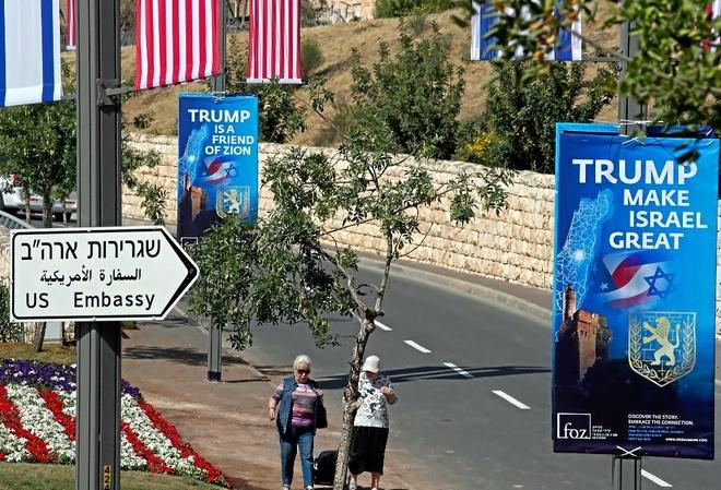 Carteles de elogio a Trump, en el lugar donde se instalará la nueva embajada de EEUU, en Jerusalén. AFP