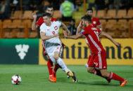 Lewandowski supera a tres defensores de Armenia.
