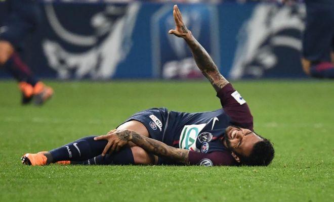 Daniel Alves queda tendido en el césped durante la final de la Copa de Francia.