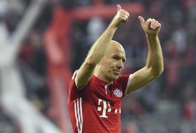 Robben saluda a los fanáticos del Bayern después de jugar ante el Dortmund.