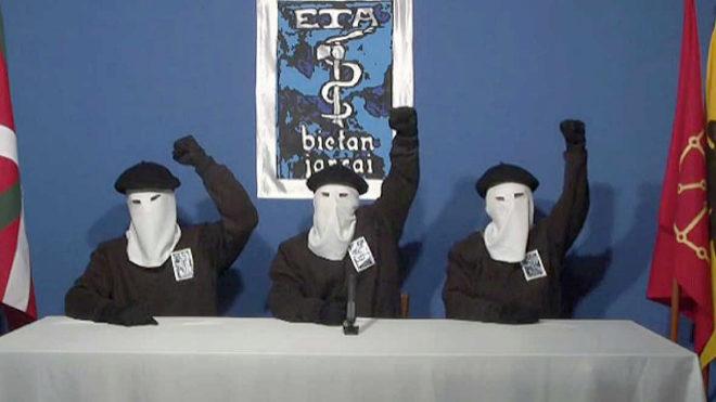 Tres miembros de la banda terrorista ETA durante la lectura de un comunicado.