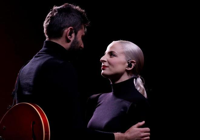 El dúo francés Madame Monsieur interpreta 'Mercy'.