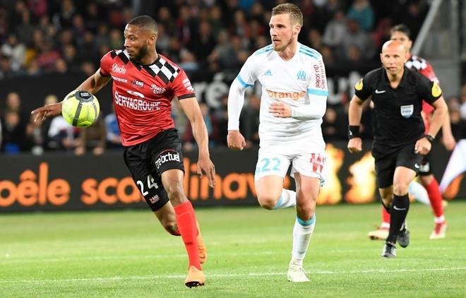 Marcus Coco (izda), del Guingamp, trata de llevarse el balón ante Gregory Sertic.