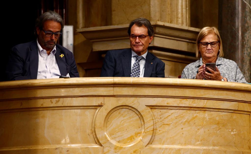 Artur Mas acompañado de los ex presidentes del Parlament Ernest Benach y Nuria de Gispert en el Parlament este sábado