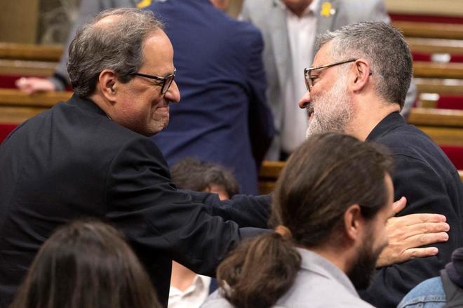 Quim Torra saluda al diputado de la CUP Carles Riera durante su primera sesión de investidura