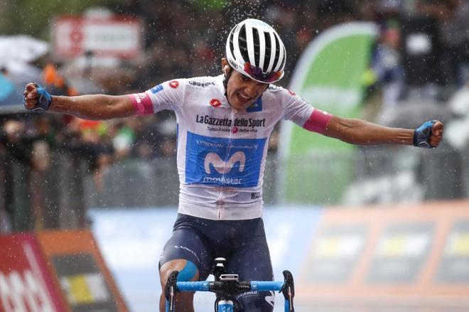 Richard Carapaz celebra su triunfo en Montevergine.