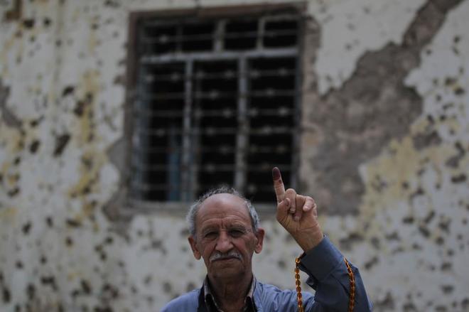 Un iraquí muestra su dedo como prueba de haber votado en Mosul.