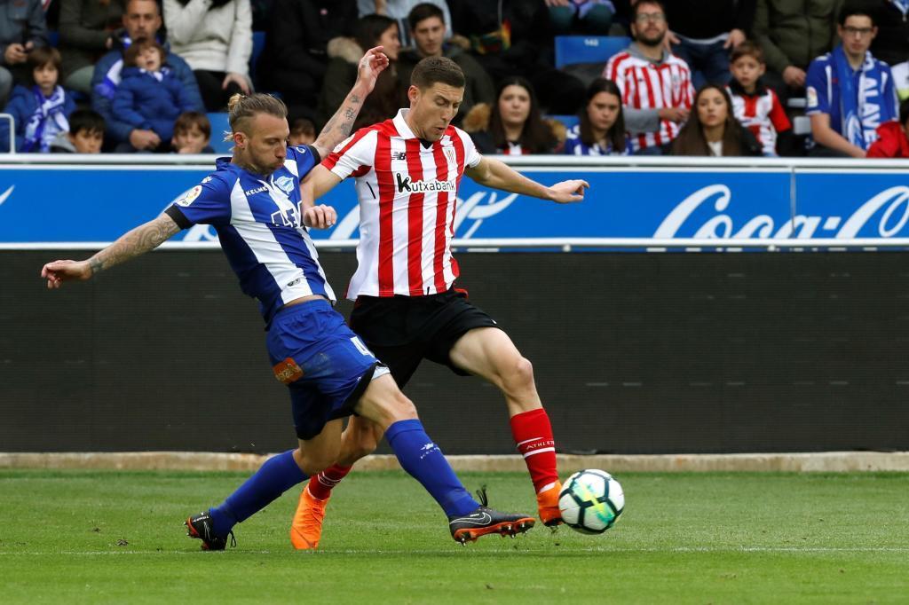 Ruano y De Marcos pugnan por un balón.