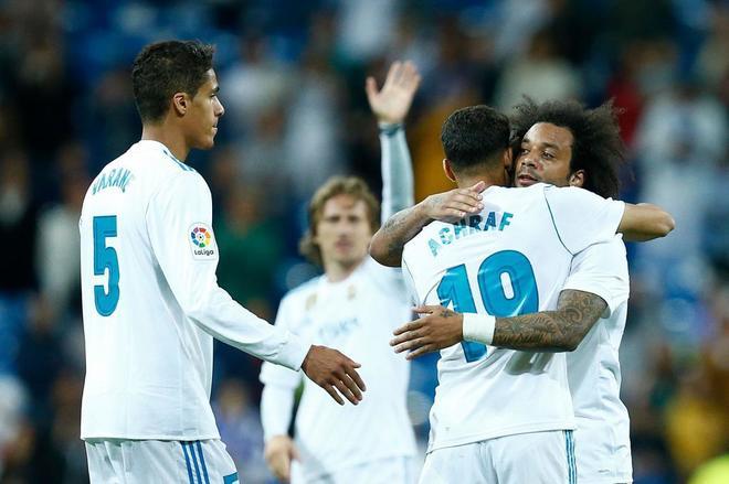 Achraf Hakimi celebra abrazado a Marcelo su gol al Celta en el Bernabéu.