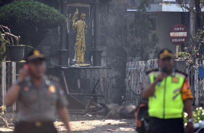 Al menos seis muertos y 35 heridos en tres atentados en iglesias en Indonesia