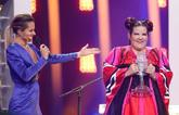 La israelí Netta recoge el trofeo tras su triunfo en Eurovisión.