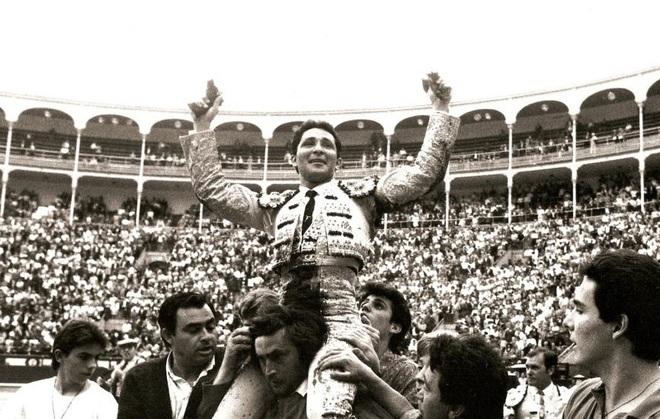 César Rincón sale a hombros en Madrid el 21 de mayo de 1991 tras...