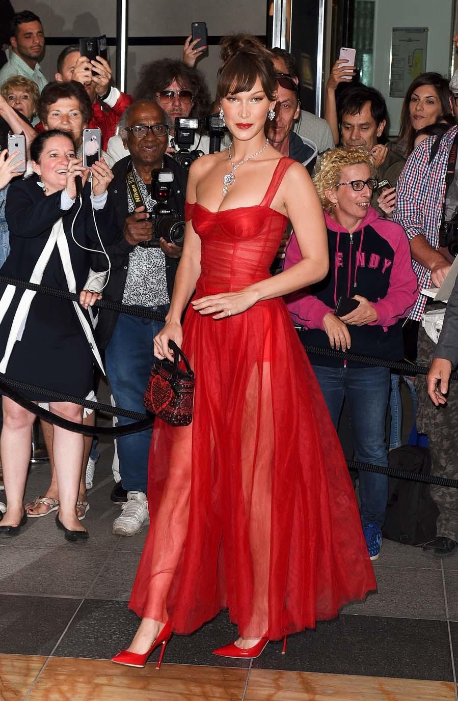Bella ha deslumbrado con este vestido rojo de tul y corsé de la...
