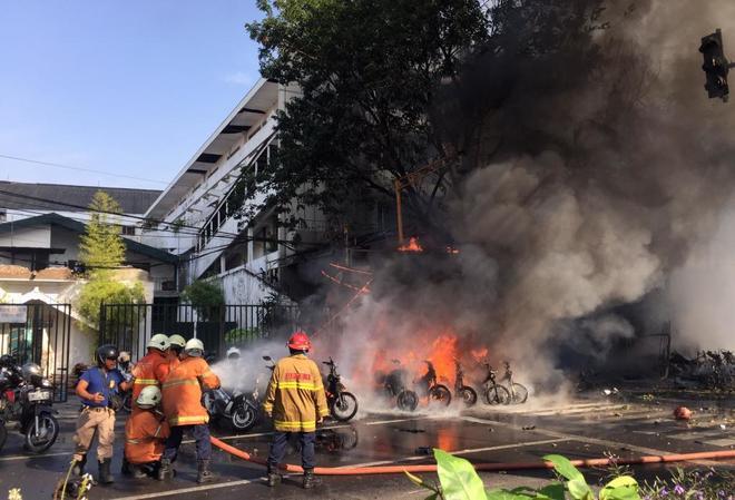 Los bomberos tratan de extinguir las llamas tras la explosión de una...