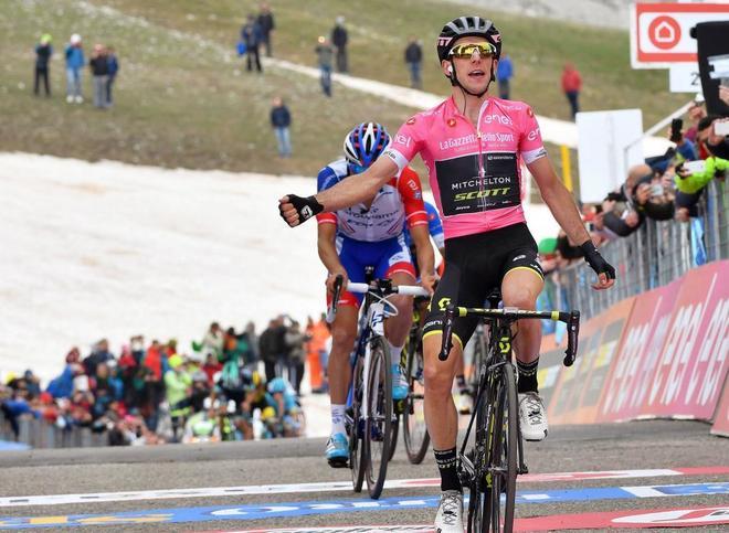 Simon Yates celebra su victoria en la novena etapa del Giro.