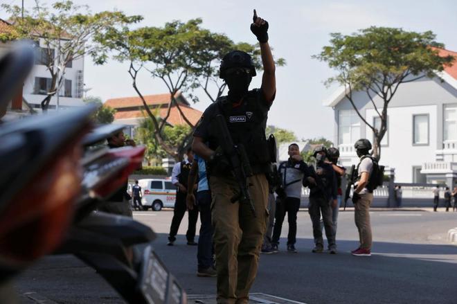 La explosión de una bomba en una comisaria de Indonesia deja varios heridos