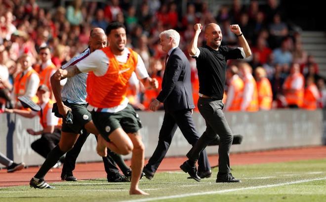Pep Guardiola celebra uno de los goles del Manchester City.