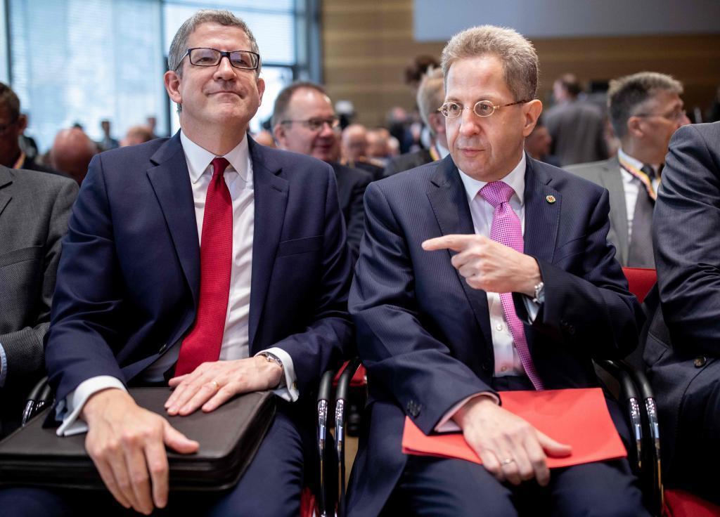 Hans-Georg Maassen (derecha), presidente de la Oficina federal alemana...