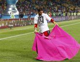 Sergio Ramos, tras ganar la Eurocopa de 2012, torea con un capote...