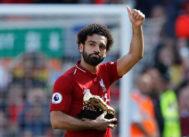 Salah celebra con su botín de oro después del partido entre Liverpool y Brighton.