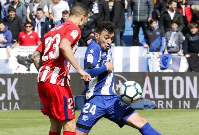 Munir, delantero del Alavés, enfrenta a un defensor del Atlético de Madrid.