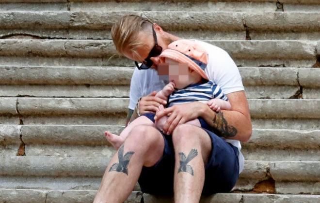 Un padre con su hijo en las escalinatas de la catedral de Gerona