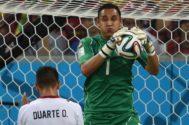 Navas retiene el balón ante la presencia de su compañero de selección Óscar Duarte.