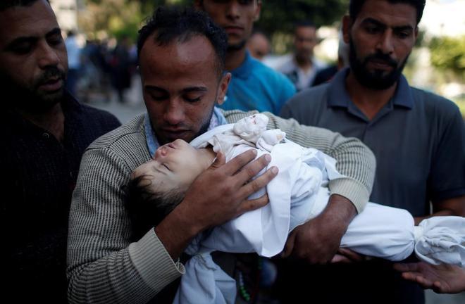 El padre de Laila al Gandor, de ocho meses, muerta por la inhalación de gas lacrimógeno en las protestas contra el traslado de la embajada de EE.UU a Jerusalém.