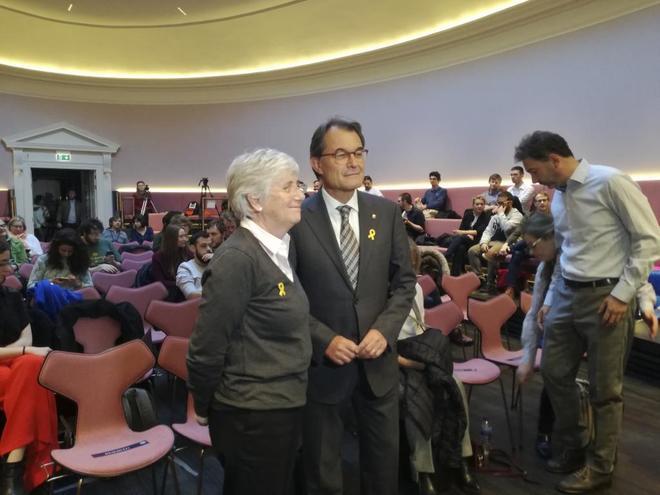 La ex consejera de la Generalitat, Clara Ponsatí, junto al ex...