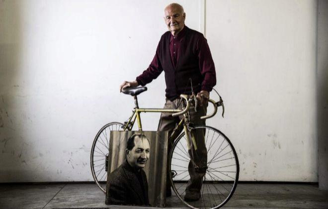 Giannelli, con su bicicleta Legnano y un retrato de Bartali.