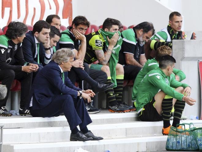 Jorge Jesús y los jugadores del Sporting, durante el último partido de Liga ante el Maritimo.