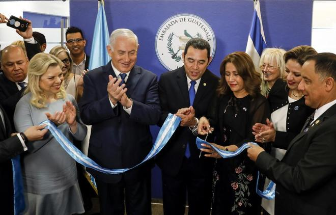 Netanyahu junto a Morales, en la embajada de Guatemala en Jerusalén.