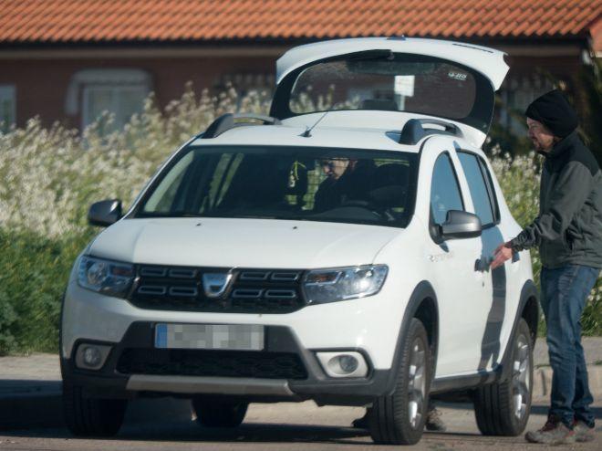 Pablo Iglesias subiendo a su Dacia.