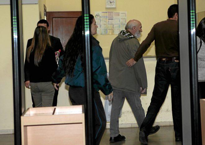El testigo protegido, entrando a los juzgados de Sevilla en octubre de 2014.