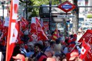 Vista general de la cadena humana alrededor del Banco de España, para reivindicar que se garantice el poder adquisitivo de las pensiones