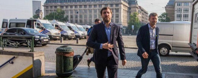 El ex consejero catalán huido Toni Comín (c) llega al tribunal para...