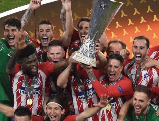 Fernando Torres levanta con Gabi el trofeo de la Europa League conquistada por el Atlético en Lyon.