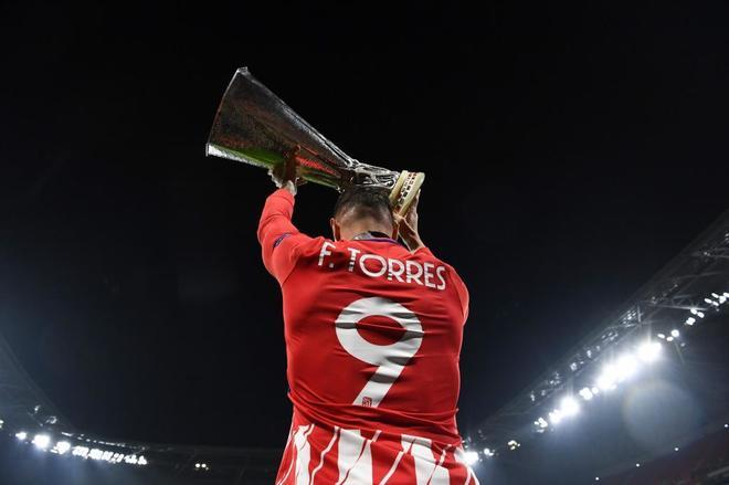 Fernando Torres levanta la Copa en Lyon.