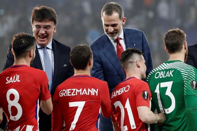 El Rey Felipe VI saluda a los jugadores del Atlético en la ceremonia de entrega de la copa.