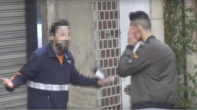 Momento del vídeo en que el repartidor abofetea al 'youtuber'.