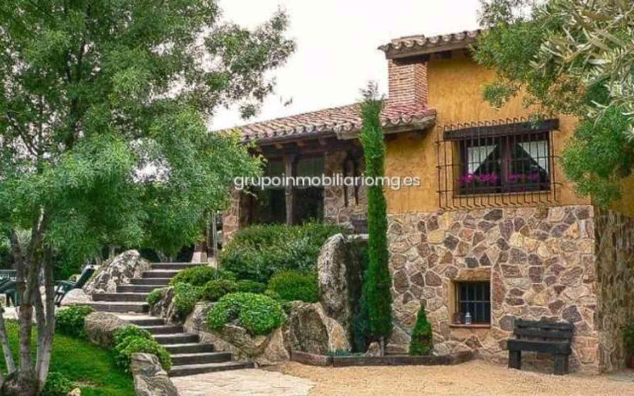 As es por dentro y por fuera la nueva casa de pablo for Escaleras para caminar fuera del jardin